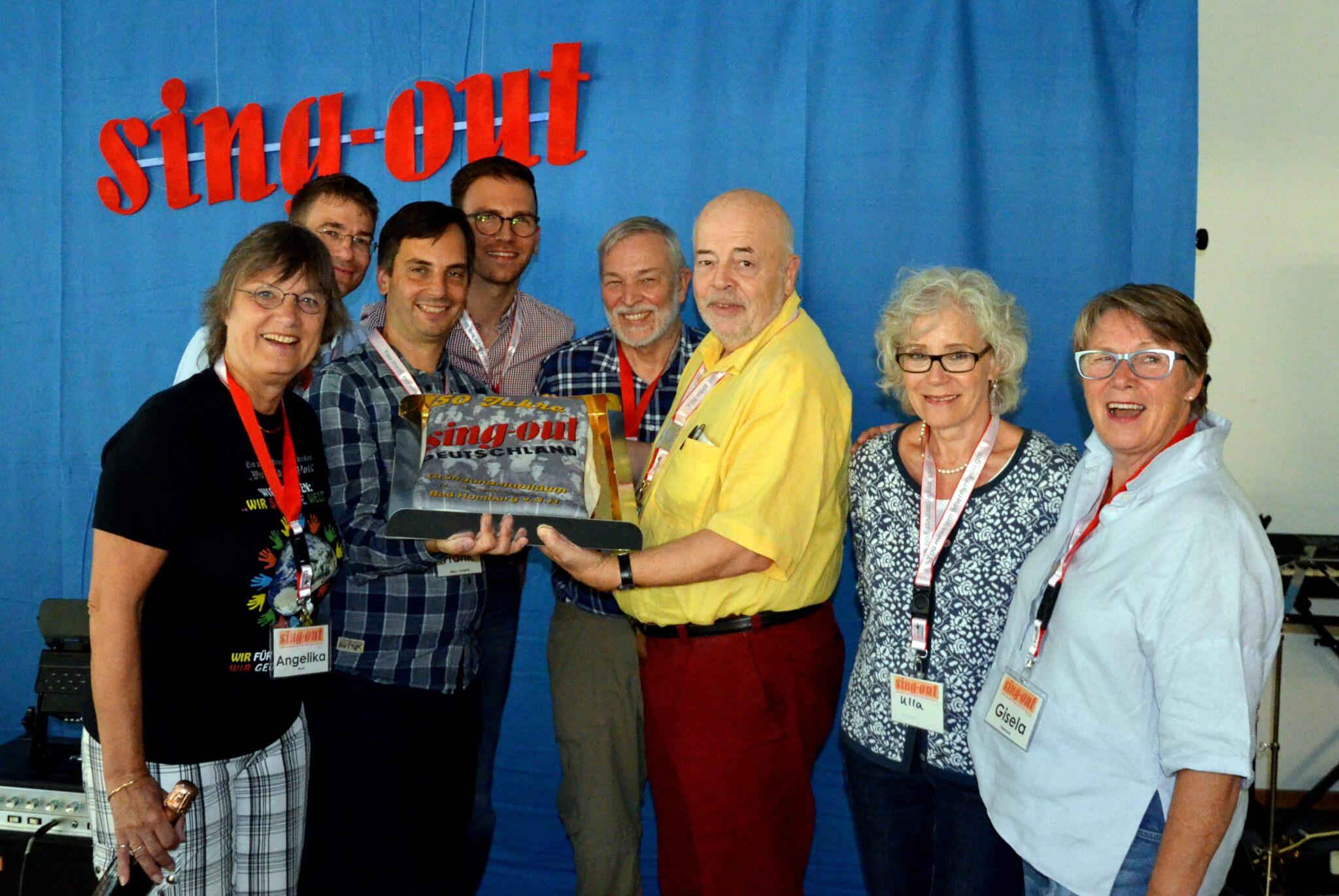 Übergabe einer Torte an das Orgateam zum 50jährigen Geburtstag von Sing-Out Deutschland (Bad Homburg, September 2016)